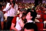 崔永元出席公益活动显疲态 吻乡村教师幼子