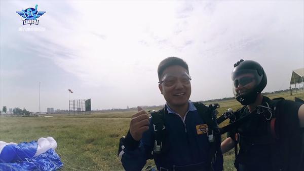 中国首位小儿麻痹患者的飞机高空跳伞