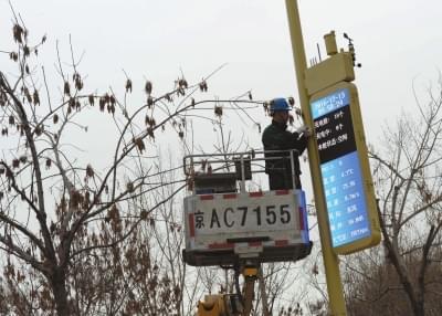 首批新型路灯杆亮相能上网还能充电