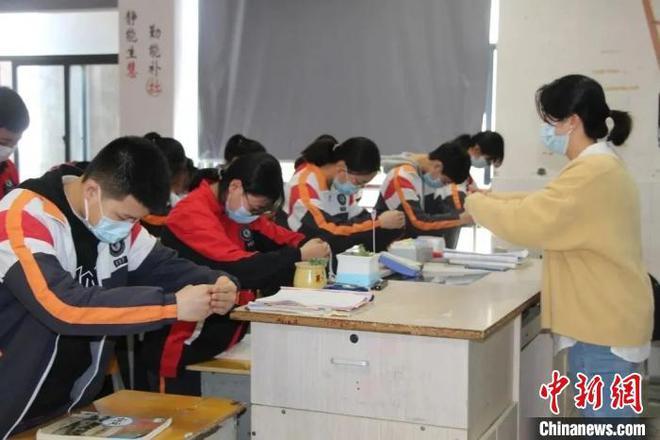 浙江117所学校推广作揖礼引热议 专家:必须坚持下去