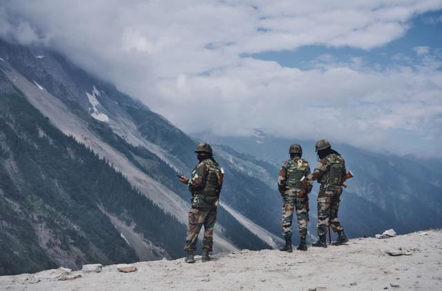 印媒宣称印军已占据关键高地,中国军队在印度士兵射程内