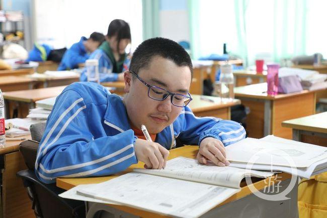 """重庆""""渐冻人学霸"""":不想被特殊对待 愿望考上大学"""