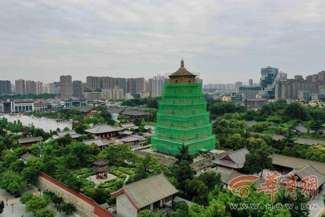 西安大雁塔被绿色纱网包裹 封闭施工暂停登塔两月