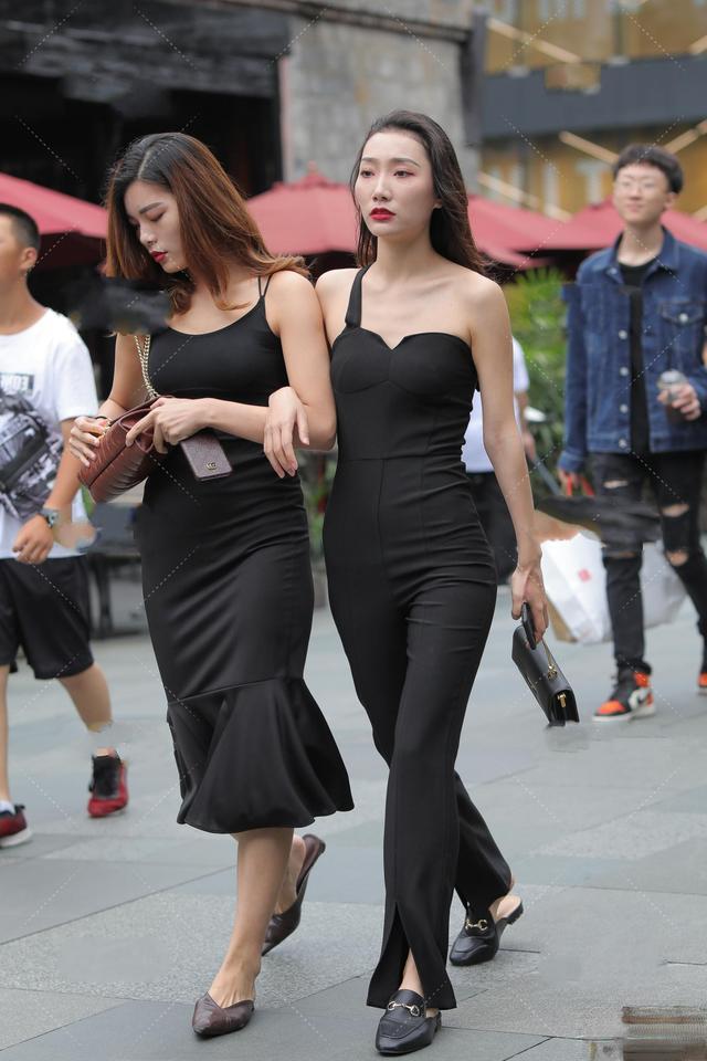 整齐整齐的裙子,淡淡的雅致气氛,展现出自己的容貌也很有气质