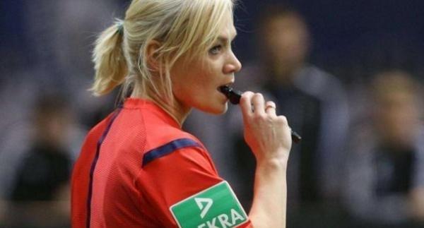 足球女裁判被袭胸