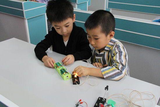 北京芳庄第三幼儿园参观十八中实验室 让孩子大开眼界