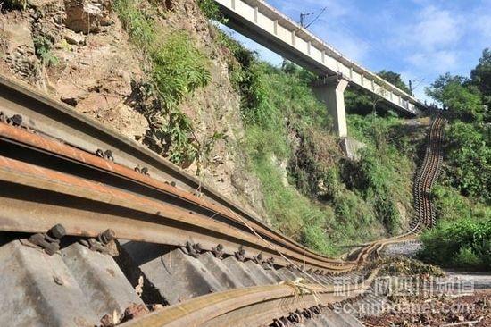人停机不停昼夜奋战 内六铁路抢险继续推进