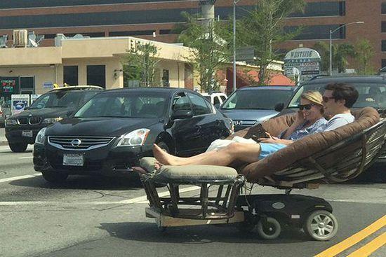 Reddit网友爆料:路上惊现超级拉风的电动沙发躺椅代步车