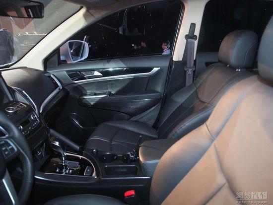 定名AX7 东风汽车全新SUV车型首发亮相