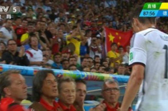 克洛泽下场看台出现中国球迷举五星红旗